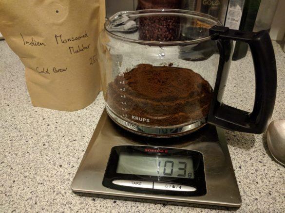 Cold Brew in der Zubereitung: Der Kaffee.