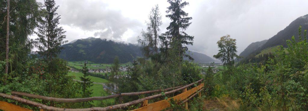 Blick auf das Tal und den Zeller See auf dem Weg zur Stablbergalm.